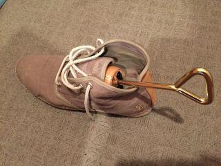 靴の横幅が合わないときは、専用のアイテムを使って広げる