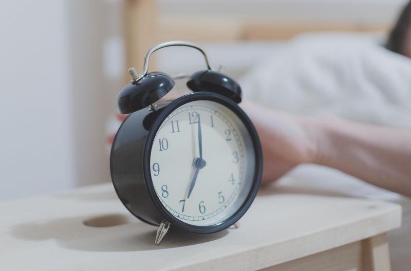 目覚ましで悩んでいる人へ、自然に起きれて二度寝しなくて済む方法