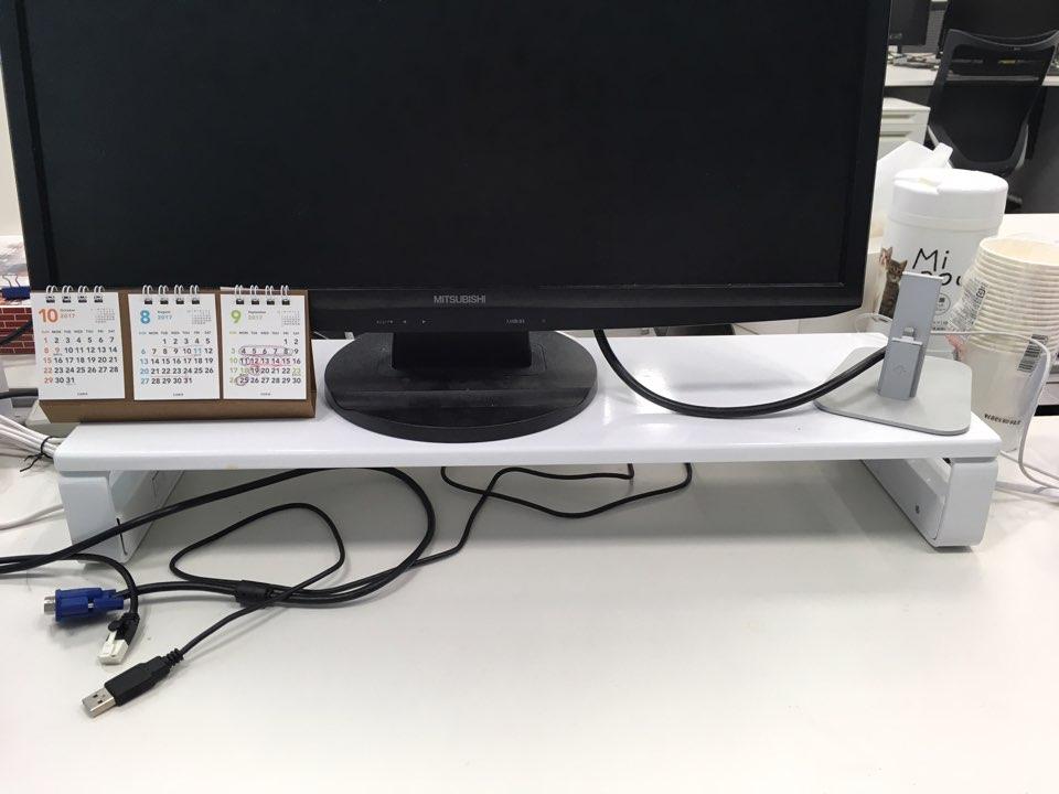 デスクのゴチャゴチャをかなり解消できる、工夫満載のPC台を発見!
