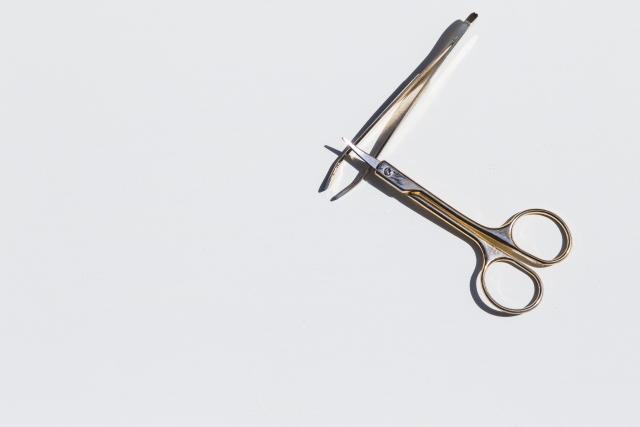 鼻毛や眉毛の処理をする道具は、機能がまとまった1つを持っておくべき